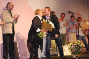 Евгений Миронов вручил Ольге Волковой цветы
