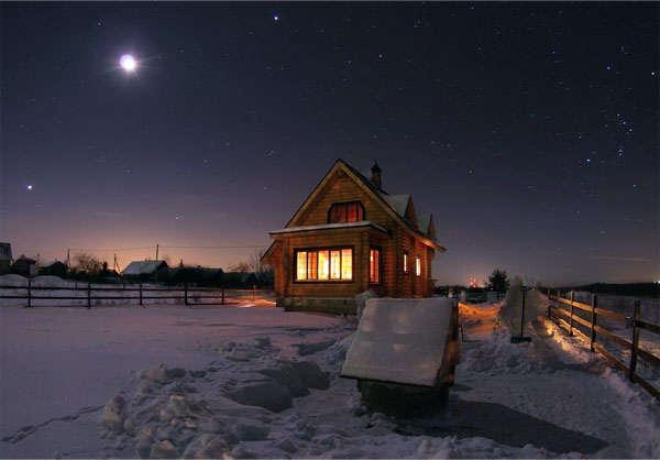 деревянный дом в зимнее время