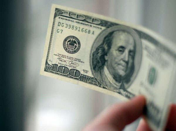 доллары в руке