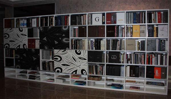 Книжный шкаф в доме
