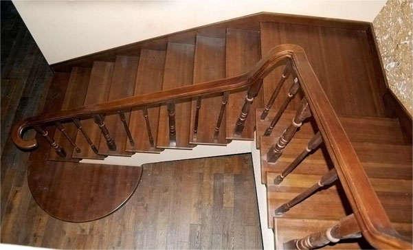 деревянная лестница в высотном доме