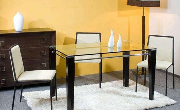 стеклянный стол в комнате