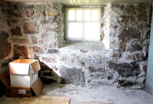 неровная стена в доме