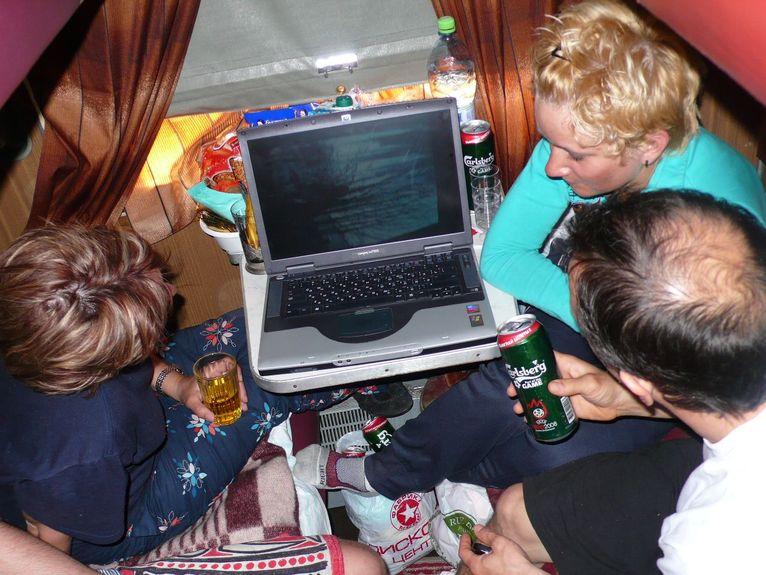 Не Том Круз с Джолли, но всё же удобно под пивасик в поезде!