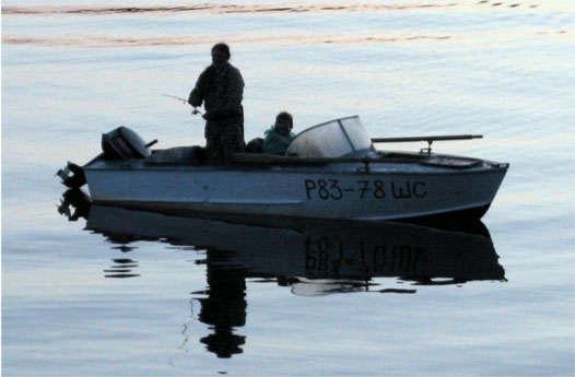 рыбалка с лодки под вечер
